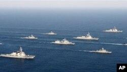지난달 22일 한국 동해에서 미-한 합동군사훈련인 '독수리 훈련'에 참가한 전함들.