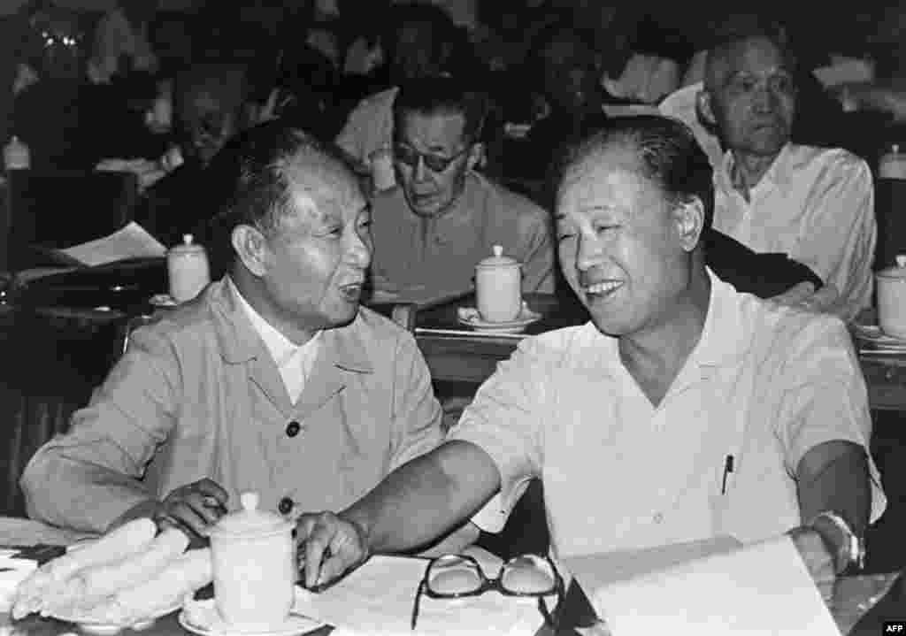 1982年9月9日胡耀邦和中国总理赵紫阳在北京。美联社的图片说明把赵紫阳称作中国改革总建筑师。