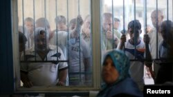 Palestinci čekaju u redu za hranu UN-a, 11. avgust 2014.