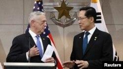 Bộ trưởng Quốc phòng Hàn Quốc Song Young-moo và người đồng nhiệm Mỹ James Mattis