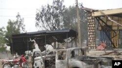 carcasse d'une voiture détruite dans l'attaque de Gombe (24 fév. 2012)