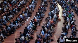 Indonesian Muslims wait to break their fast during the holy month of Ramadan inside Istiqlal mosque in Jakarta, June 9, 2016. Indonesian police arrested three suspected Islamic State militants, who were planning attacks in the country's second largest city during Ramadan.