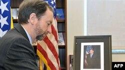 Američki ambasador u BiH Patrik Mun upisuje se u knjigu žalosti povodom smrti Ričarda Holbruka