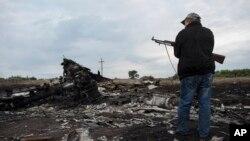 Phiến quân thân Nga đứng gác ở hiện trường nơi máy bay Malaysia rơi gần làng Hrabove, phía đông Ukraine, 19/7/2014.