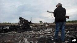 親俄民兵在馬航班機墜毀現場站崗