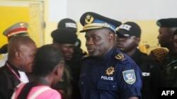 Mantan kepala kepolisian Kinsasha, John Numbi, (tengah) di pengadilan dalam kasus pembunuhan aktivis HAM.