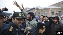 Sinh viên theo đường lối cứng rắn biểu tình phản đối bên ngoài Đại sứ quán Anh ở Tehran hôm 12/12/2010, tố cáo Anh là 'kẻ thù xấu xa nhất của Iran'