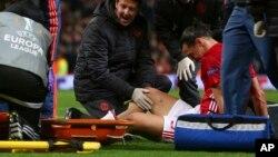 Zlatan Ibrahimovic de Manchester se fait soigner après une blessure lors du match de quart de finale de la Ligue européenne entre Manchester United et Andelercht au stade Old Trafford, à Manchester, Angleterre, 20 avril 2017.