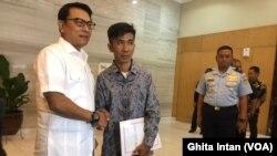 Kepala Staff Kepresidenan Moeldoko (kiri) dan Chaerul (kanan) pembuat pesawat rakitan dari barang bekas ketika ditemui di Kantor Staf Kepresidenan, Jakarta, Senin, 20 Januari 2020. (Foto: Ghita Intan/VOA).