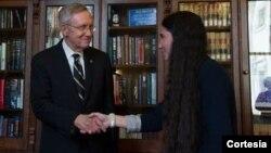 El senador demócrata Harry Reid, recibió a la bloguera cubana Yoani Sánchez en el Capitolio. [Foto: Oficina de Harry Reid]