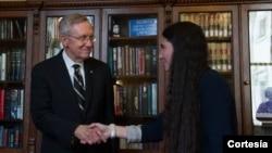 """La Oficina de Intereses de Cuba afirma que Yoani Sánchez fue invitada """"solo por unos pocos"""" miembros del Congreso durante su visita a EE.UU. En esta toma el senador Harry Reid da la bienvenida a la bloguera cubana."""