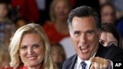 31일 공화당 플로리다 주 경선에서 승리한 후 지지자들과 기쁨을 나누는 미트 롬니 후보 (오른쪽)