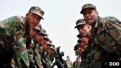 آرشیف: نیرو های امنیتی افغان هنگام به جا آوردن مراسم تحلیف