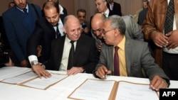 Qarorgohi Tripoli va Tobrukda joylashgan ikki muxolif hukumat vakillari siyosiy murosaga erishish haqidagi bitimga imzo chekmoqda, Tunis, 6-dekabr, 2015-yil.