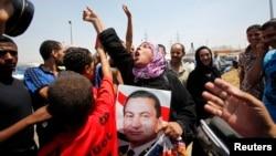 سابق صدر کے استقبال کے لیے جمعرات کو ان کے درجنوں حامی قاہرہ کے طورہ جیل کے باہر جمع ہوئے