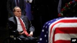 Bivši senator Bob Dol odaje poštu predsedniku Bušu starijem