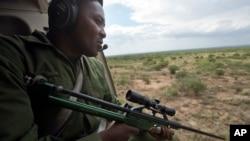 Ảnh tư liệu - Một người đàn ông trên máy bay trực thăng đi săn voi ở gần Kajiado, phía nam Kenya, ngày 3 tháng 12 năm 2013.