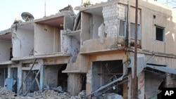 图为霍姆斯省部分被炸毁的商铺和店家3月20日资料照