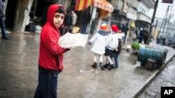 시리아 알레포에서 빵을 파는 소년. (자료사진)