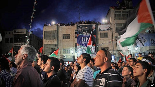 Palestinians, gathered in central Ramallah September 23, 2011, watching a broadcast of President Mahmoud Abbas' speech at the United Nations in New York.