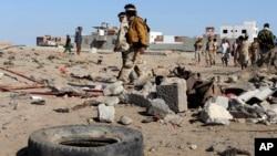 也門南部港口城市亞丁,星期天一場自殺爆炸炸死了至少48名也門軍人。圖為爆炸現場。