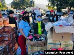 Tình nguyện viên bên những thùng bánh chưng được quyên tặng.