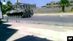 ລົດຖັງຊີເຣຍທີ່ພວມລາດຕະເວນຢູ່ຕາມຖະໜົນສຳຄັນສາຍນຶ່ງໃນຄຸ້ມ Khalidiya ຂອງເມືອງ Homs ຊຶ່ງເປັນ ສູນກາງໃນການປະທ້ວງຕໍ່ຕ້ານລັດຖະບານ (19 ສິງຫາ 2011)