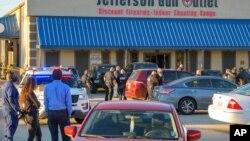 Policija i posmatračo na mestu pucnjave ispred prodavnice oružja u Metariju, Luizijana, 20. februara 2021.