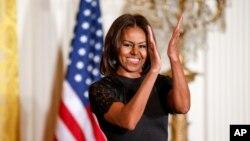 Yaqinda prezidentning rafiqasi Mishel Obama ham Oq uyda Navro'zni tantana qilib, unga bu bayramni nishonlaydigan amerikaliklarni taklif etgan edi. Jamiyat sifatida boyib borar ekanmiz, deydi xonim, Navro'z ham muhim ayyomlardan biriga aylangan.