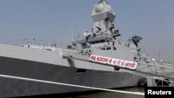 印度海军人员登上新建的军舰。