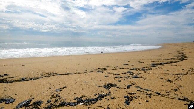 Manchas de petróleo se observan en la playa de Newport Beach, en California, el 4 de octubre de 2021, después de un derrame de crudo ocurrido durante el fin de semana en el área.