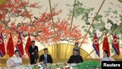 Xi Jinping (esq) e Kim Jong-Un em Pyongyang