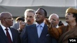 Pemimpin Libya Moammar Gaddafi (kanan) berbicara dengan Presiden Afrika Selatan Jacob Zuma (tengah) di Tripoli, Minggu (10/4).