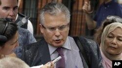 El equipo legal del activista australiano, encabezado por el ex juez Baltazar Garzón, alega que, de salir adelante el recurso ante la justicia internacional, Reino Unido estaría obligado a dejar marchar a Assange a Ecuador, donde recibiría asilo diplomáti