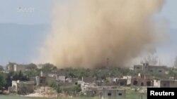 8일 시리아 하마 주 라탐네흐 시에 공습이 있은 연기가 치솟고 있다.