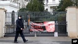 Гасло на воротах російського посольства у Празі із зображенням Володимира Путіна і словами: «вбивця, злодій, диктатор». 16 квітня 2021 р.