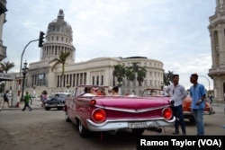 Njerëzit mblidhen në rrugët e Havanës së vjetër.