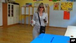 Žena glasa na jednim od prethodnih izbora na biračkom mestu u Podgorici
