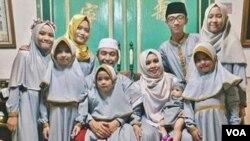 HM Zaim Ahmad Ma'shoem dan keluarga. (Foto: VOA/Nurhadi)