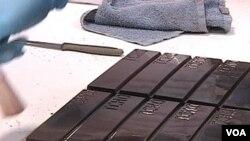 Proses akhir pembuatan permen coklat Tcho sebelum dipotong dan dikemas.