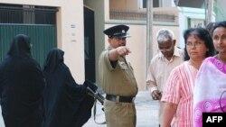 警察在科伦坡投票站维持秩序
