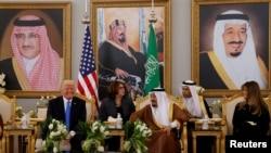 Rais Donald Trump afanya mazungumzo mafupi na Mfalme wa Saudi Salman Bin Abdulaziz