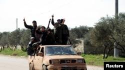 Kelompok pemberontak Suriah Ahrar al-Sham di mobil bak terbuka di barat laut kota Idlib, 26 Maret 2015. (Foto: dok.)