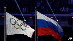 Le drapeau olympique et le drapeau russe aux Jeux Olympiques de Sotchi en Russie, en 2014.
