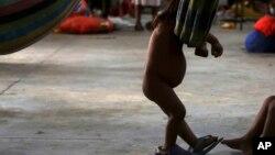 Una niña de la tribu warao de Venezuela juega en una hamaca en un refugio de Paracaima, el principal punto de entrada de venezolanos al estado nororiental brasileño de Roraima.