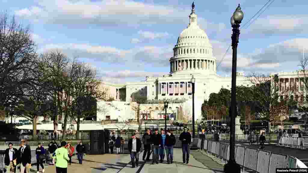 Tout le périmètre est sécurisé autour du Congrès où les visiteurs peuvent venir jusqu'à jeudi soir, à Washington DC, le 18 janvier 2017. (VOA/Nastasia Peteuil)