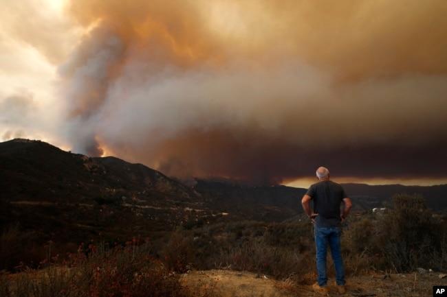 Tim Grant observa un incendio en el Bosque Nacional Cleveland en California el 8 de agosto de 2018.