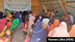 Para perempuan pemilik usaha mikro yang terdampak bencana alam dalam kegiatan penyerahan bantuan dana dari YSKK dan Child Fund Internasional di Huntara Duta Indah, Layana Indah, Palu, Kamis, 4 Juli 2019. (Foto:Yoanes Litha/VOA)