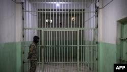 Боец СДС несет охрану в месте содержания арестованных по подозрению в принадлежности к ИГ