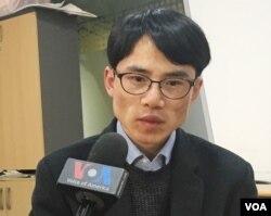 지난 11월 아내와 아들이 북한으로 강제북송된 탈북자 이태원 씨가 VOA와 인터뷰하고 있다.